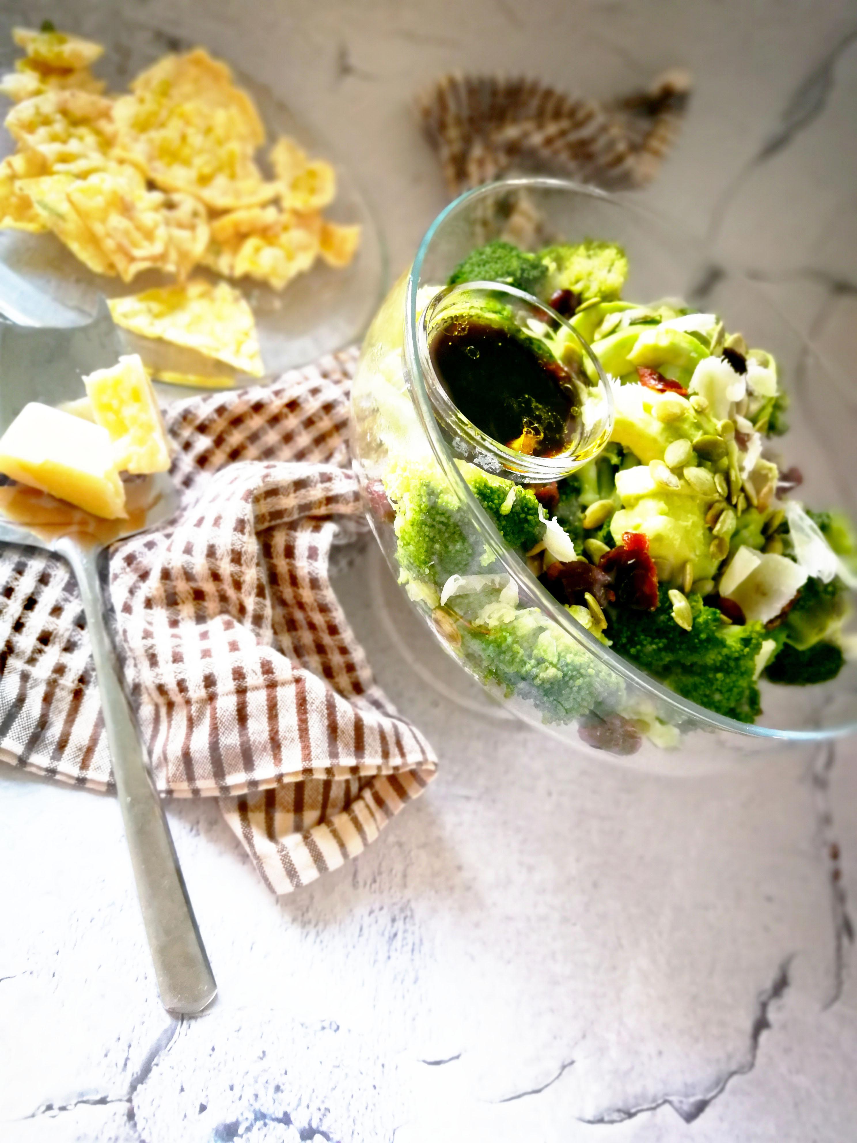 Brokolio ir avokado salotos